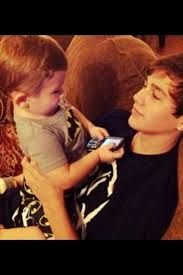 austin with a little kid, how sweet.