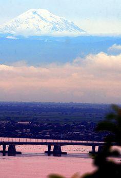 Ecuador: volcán Chimborazo (sierra) visto desde el cerro Santa Ana de la costa del Ecuador en la ciudad de Guayaquil. Cielo muy despejado. Muy dificil admirarlo pero en este dia se lo pudo ver. ♥
