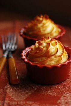 バターと卵黄を混ぜて作ったマッシュポテトを絞り袋でデコレーション。 溶かしバターを塗っておくと表面がこんがり黄金色に焼けます。このレシピの場合は「ダッチェス(公爵夫人の)ポテト」と呼ぶそうです。