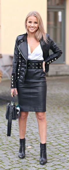 ideas for how to wear leather jacket girls Wide Leather Belt, Black Leather Skirts, Leather Dresses, Leder Outfits, Leather Jacket Outfits, Best Leather Jackets, Military Fashion, Military Style, Leather Fashion