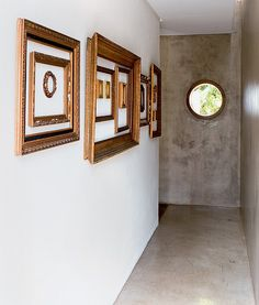"""Uma composição de molduras decora o corredor de entrada da casa da ilustradora Lili Tedde. """"Elas trazem lembranças, porque vieram da minha família. No começo, não sabia o que fazer com tantas, mas percebi que gostava delas vazias mesmo"""", conta"""