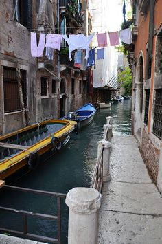 Laundry over water, Venice Beautiful Buildings, Beautiful Places, Croquis Architecture, Laundry Art, Adventure Is Out There, Venice Italy, Washing Clothes, Photos, Pictures