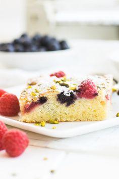 Ein schneller Sommer-Beerenkuchen vom Blech ist doch perfekt, oder? Easy-peasy gerührt, in einer guten halben Stunde gebacken, lecker und fruchtig
