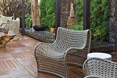 Deck de madeira no jardim Projeto de Artefacto Outdoor Chairs, Outdoor Furniture Sets, Outdoor Decor, Jacuzzi, Armchair, Patio, Home Decor, Solar, Garden
