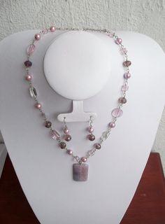 Collar corto en tonos rosa y lila, con dije de piedra natural...