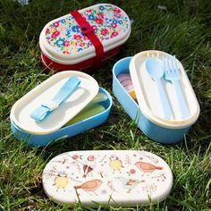 Nuestra fiambrera pajarito es perfecta para esas comidas o meriendas en el parque con los niños. También puedes llevártela al trabajo y lucir su bonito diseño a la hora de la comida. Tiene 3 compartimentos para separar los alimentos e incluye un juego de cubiertos.
