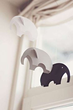 DIY: Paper elephant mobile made out of circles Diy And Crafts, Arts And Crafts, Paper Crafts, Mobiles, Diy For Kids, Crafts For Kids, Elephant Mobile, Elephant Nursery, Paper Mobile