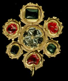 Enameled gold pendant with a central diamond rosette formed by 12 diamonds, surrounded by alternating rubies and emeralds; first third of the 16th century