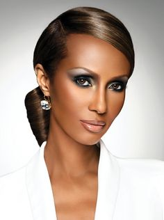 Iman Abdulmajid - *-* Iman Mohamed Abdulmajid -    *25.července 1955 - Mogadišo , Dôvera Územie Somaliland ■Národnosť - Somálska, American ■Etnická - Somali ■Povolanie - modelka, herečka ■Manžel  - Somali man(1973-1975)--Spencer Haywood(1977-1987)--David Bowie (1992-súčasnosť) ■Modeling informácie --Výška - 5 ft 10 v -- (1,78 M)  --Farba vlasov - Tmavo hnedá  --Farba očí - Tmavo hnedá  --Meranie - (US / UK) 34-28-38; --(EÚ) 86.5-71-96.5  --Veľkosť Dress - (USA) 6; --(EÚ) 36