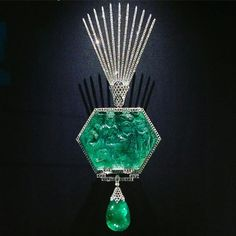 @thediamondedit. Astonishing collection of over 100 jewels from the #AlThaniCollection belonging to or inspired by the Indian subcontinent on display at the V&A, from early Mughal gems to 21st century jewels like this carved emerald @cartier turban pin ⚡️✨#bejewelledtreasures #vanda #althani #cartier #turbanpin #carvedemerald #wartski