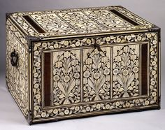 Cabinet portable à abattant. Palissandre, ivoire, os teinté, micca. Inde, Gujarat ou Sindh, milieu XVIIe s.
