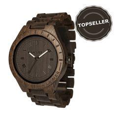 Model BLACK EDITION, to sú najpredávanejšie hodinky pre ozajstných chlapov. Puzdro a remienok sú zo santalového dreva. Vďaka primárne tmavému dizajnu pôsobí farebná úprava ciferníka, korunky a zapínania elegantne a exluzívne.  #WANDELIA #laimer #laimerwoodwatches #woodenwatch #watch #drevenehodinky #blackedition #brown #menstyle Black Edition, Wood Watch, Modeling, Watches, Accessories, Wooden Clock, Modeling Photography, Wristwatches, Clocks