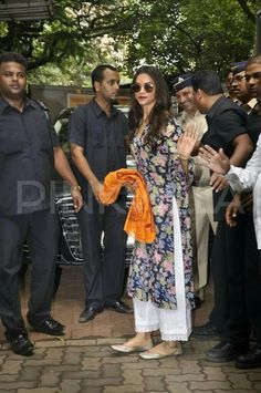 Pakistani dresses - Deepika Padukone keeps up with her 'Siddhivinayak' tradition Salwar Designs, Kurta Designs Women, Blouse Designs, Indian Attire, Indian Wear, Indian Outfits, Style Deepika Padukone, Kurta Style, Desi Wear