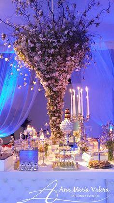 Mesa dulces capitone con arreglo de flores colgado de techo