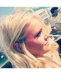 coachella fashion and face paint. Festival Paint, Festival Wear, Festival Outfits, Festival Fashion, Coachella Festival, Coachella 2014, Rock In Rio 2015, Bollywood, Festival Looks