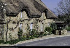 Belle chaumière sur la route entre les bourgs du Bono et de Plougoumelen. Golfe du Morbihan,(56) France