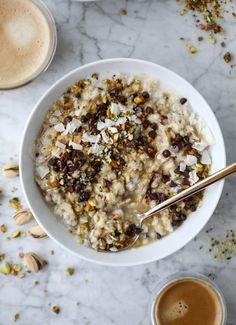 This pistachio oatmeal is made with ground pistachios, flaked unsweetened coconut, coconut milk and is super creamy and delicious. It's topped with chopped roasted pistachios, more coconut, dark chocolate and maple syrup. Healthy Recipes, Healthy Breakfast Recipes, Brunch Recipes, Dessert Recipes, Dessert Food, Coconut Oatmeal, Coconut Chocolate, Coconut Milk, Oatmeal Recipes