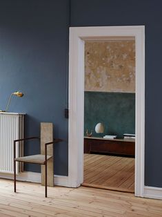 We've got the blues for this colour, declared to be 'St Paul's Blue', and co-created by Jotun & Frama. Photo by Siren Lauvdal. Home Interior, Interior Styling, Interior Architecture, Interior And Exterior, Dark Walls, Blue Walls, Style At Home, St Pauls Blue, Blue Wall Colors