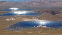 Ivanpah: localizado no deserto de Mojave, perto de Las Vegas, a IvanpahSolar Electric Generating System é uma usina de energia solar. A instalação utiliza 173.500 helióstatos (refletores solares) espalhados em 3.500 hectares, concentrando a energia solar em caldeiras. Crédito: Gilles Mingasson/Getty Images for Bechtel/BrightSource Energy Compartilhe esta foto: