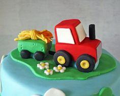 Poco tractor rojo de la torta