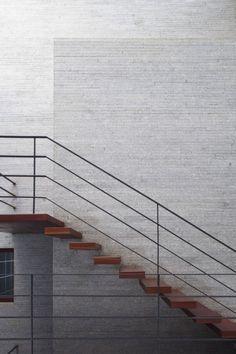 Escalera con pasos suspendidos y baranda metalica / Gia Lai House / Vo Trong Nghia Architects
