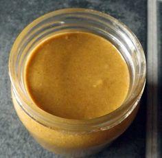 Tahini je krema koja se radi od proprženog sezama, može ići u mnogobrojne kombinacije i definitivno obogaćuje okus. Tahni je kao majoneza, u sve se miješa :)