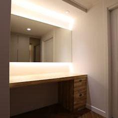 성주동 프리빌리지2차: 디자인세븐의  드레스 룸 Bathroom Lighting, Mirror, Furniture, Home Decor, Bathroom Light Fittings, Bathroom Vanity Lighting, Decoration Home, Room Decor, Mirrors