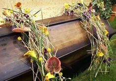 Subtiele kistbedekking met veel bloemen | Vind meer inspiratie over bloemen voor het afscheid en de uitvaart op http://www.rememberme.nl/rouwbloemen-rouwdecoratie/