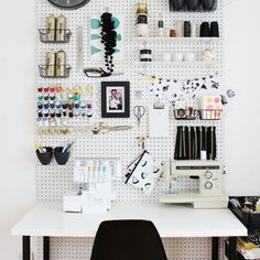 Organizing home with Pegboard is an awesome idea. There are many ways you can use Pegboard. You can use pegboard in almost every room of your home. Ideas Para Organizar, Workspace Inspiration, Desk Inspo, Monday Inspiration, Style Inspiration, Style Ideas, Craft Room Storage, Craft Rooms, Garage Storage