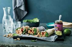 En frisk wrap med smage og dufte fra det indiske køkken. Ingefær, chili, sursød Lemon Chutney og yoghurt sammen med den måske mest velsmagende laks, du har spist. Fold! Bid! Nyd! Namaste!