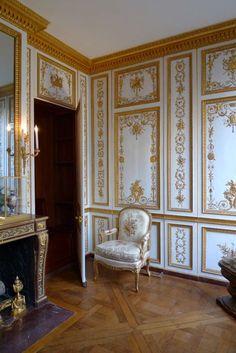 Garde-robe de Louis XVI à Versailles (LOUIS XVI : réalisé sous Louis XVI, en 1788 : chapelet de petits ornements  qui suit l'encadrement des panneaux // boudoir de Marie-Antoinette au Petit Trianon, salon de la Méridienne à Versailles)