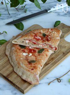 Volvemos con una receta italiana y volvemos con otra pizza. Esta vez, una Calzone, cuya particularidad es que se presenta con la masa do...