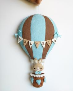 Felt hot air ballon with bunting - Cute nursery decor - Embroidered with the name of the baby