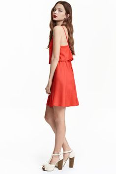 Vestido sin mangas: Vestido corto en tejido de viscosa con tirantes ajustables, volante amplio en la parte superior, cintura elástica entallada y falda con ligero vuelo.