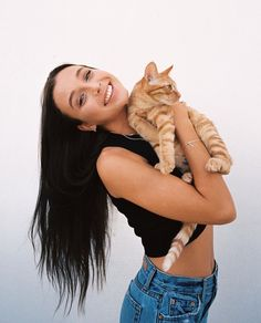 Emma and her cat looking super cute Hug Your Cat Day, Summer Outfits, Cute Outfits, Retro Outfits, Fall Outfits, Emma Style, Emma Chamberlain, Queen, Celebs