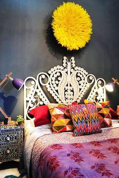 Quando a roupa de cama combina com a decoração e cores do quarto as coisas ficam bem mais bonitas por lá. Isso é tão importante que o designer ou o decorador que você contratar vai mesmo querer que você compre ou mande fazer roupas de cama até em estampas específicas. Nas fotos das revistas e sites elas são sempre perfeitas para o quarto. Mas como fazer se você não tem este profissional para escolher a roupa de cama do seu quarto?