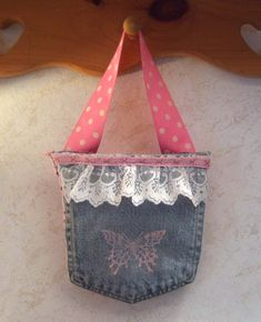 Been wanting to experiment with jeans and jean pockets, but I didn't want to buy the jeans (even at a thrift store) to do it. Last week my . Samaritan's Purse, Denim Purse, Jean Crafts, Denim Crafts, Jean Pocket Purse, Jeans Pocket, Blue Jean Purses, Pocket Craft, Recycled Denim
