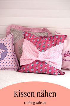 Alles, was Du übers Kissen nähen jemals wissen wolltest, erfährst Du in diesem Artikel: Kissen mit Reißverschluss, ohne Reißverschluss, Hotelverschluss, mit Schleife, mit Rüsche, Patchworkkissen... alles inklusive kostenloser Nähanleitung! Diy Mode, Home And Living, Bed Pillows, Pillow Cases, Freebies, Blog, Crafts, Parents, Plant