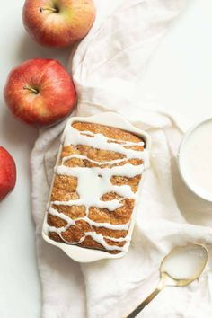 Apple Cinnamon Bread Recipe This Apple Cinnamon Bread is the most delicious taste of fall. With the flavors and warmth of sweet baked apples and cinnamon, it will fill your home with fragrance as it bakes! Baked Apple Dessert, Apple Dessert Recipes, Easy Desserts, Bread Recipes, Baking Recipes, Delicious Desserts, Yummy Food, Apple Cinnamon Bread, Apple Bread