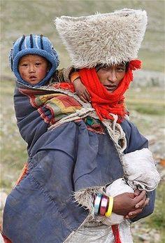 Une femme tibétaine et son bébé à Ngari en pèlerinage autour du Mont Kailash (Photo: Jacky Chen / Reuters)