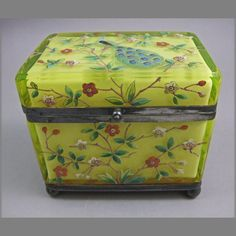 Uranium glass box enameled peacock Old Boxes, Antique Boxes, Glass Boxes, Glass Containers, Jaune Orange, Vaseline Glass, Music Boxes, Vintage Tins, Casket