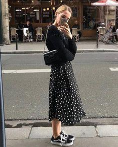 10 Looks Tumblr para você copiar agora. Suéter preto, vestido longo de bolinhas, tênis preto vans