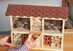 Mit diesem tollen Bausatz ziehst du Insekten magisch an. Wir zeigen, wie das Insektenhotel zusammengebaut wird.