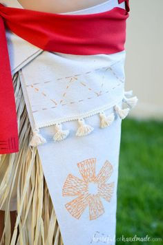 Create the perfect princess Halloween costume with this easy DIY Moana costume. This easy to make Halloween costume is perfect for your island princess. Moana Costume Diy, Moana Halloween Costume, Moana Cosplay, Disney Halloween Parties, Couple Halloween Costumes For Adults, Moana Costumes, Couple Costumes, Adult Costumes, Adult Mickey Mouse Costume