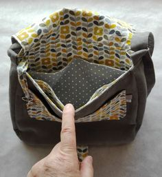 Un nouveau sac besace très sage - Women's Handbags Messenger Bag Patterns, Diy Bags Purses, Cute Handbags, Crochet Handbags, Crochet Bags, Crossbody Messenger Bag, New Bag, Cross Body Handbags, Women Accessories