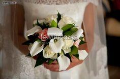 http://www.lemienozze.it/gallerie/foto-bouquet-sposa/img21830.html  Romantico bouquet sposa di calle e rose bianche