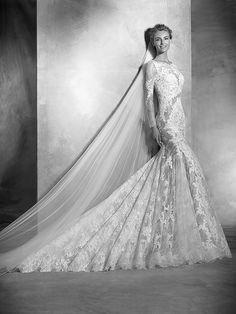 varel, collectie 2016 nb Een coole trouwjurk met een unieke uitstraling. Het is zinnenprikkelend zoals transparantie en kant in de jurk worden afgewisseld. Maar alles is in harmonie met elkaar. De strakke jurk met een golvende rok en sleep zijn echte blikvangers voor het publiek. #kant #couture #exclusief #atelierpronovias #koonings