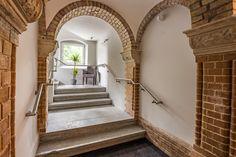 In unserem AKZENT Hotel Villa SAXER trifft Moderne auf die Schönheit einer alten Villa. Design Hotel, Villa, Modern, Stairs, Home Decor, Old Mansions, Trendy Tree, Stairway, Decoration Home