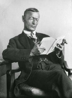 Hermann Hesse.  aleman  de alma pura y noble su obra me traspasa  y recorre como una fina brisa hasta lo mas recóndito  de mi ser.