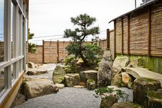 I like the horizontal bamboo in the fence. Rock placement is also nice.